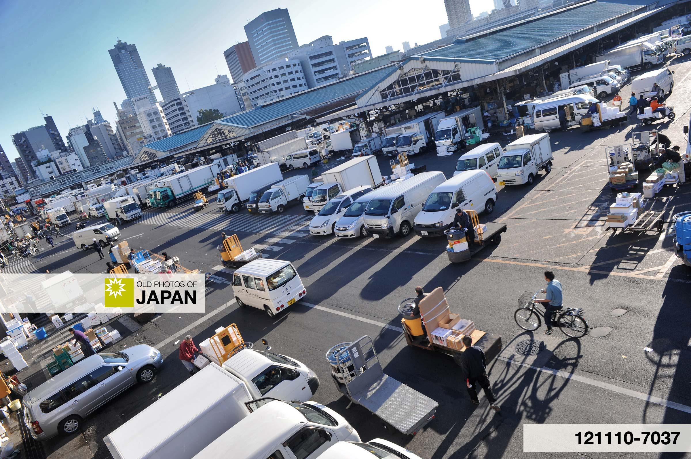 121110-7037 - The fish market in Tsukiji, Tokyo